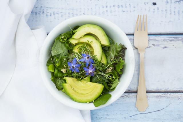 Deutschland, Studio, grüne Detox-bowl mit Baby-Spinat, grünem Blattsalat, Kresse Ruccola, Quinoa, Avocado, grünem Paprika und Boratsch-Blüten (alles Bio)