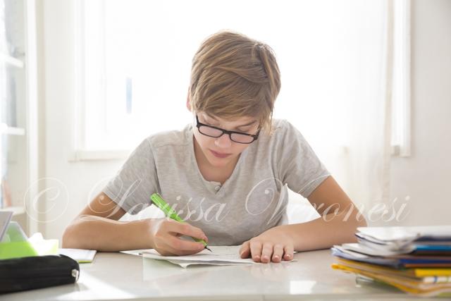 Junge macht Hausaufgaben