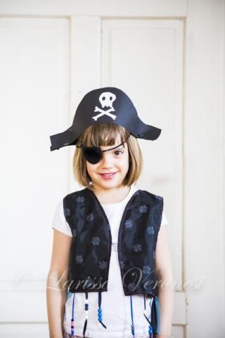 kleines Mädchen als Pirat verkleidet