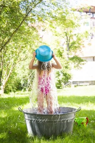 kleines Mädchen spielt mit Wasser