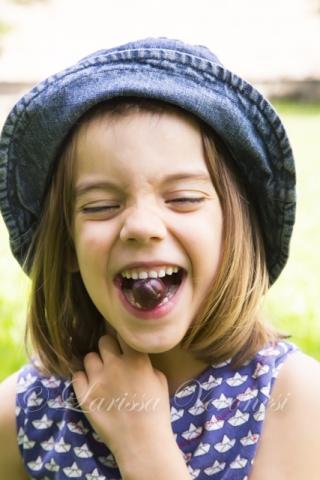 Mädchen mit Stachelbeeren im Garten