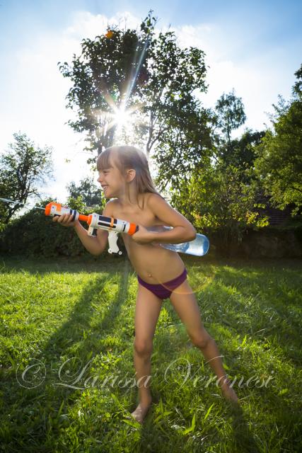 Mädchen mit Wasserspitzpistole