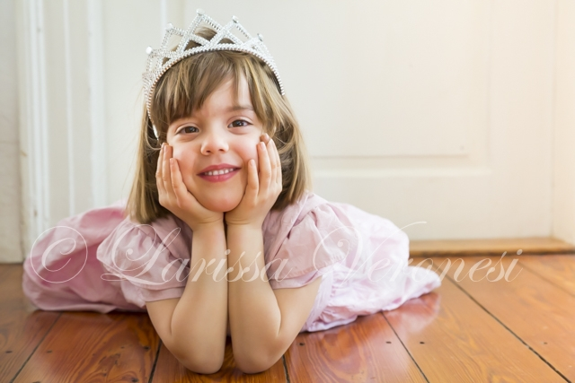 kleines Mädchen als Prinzessin verkleidet