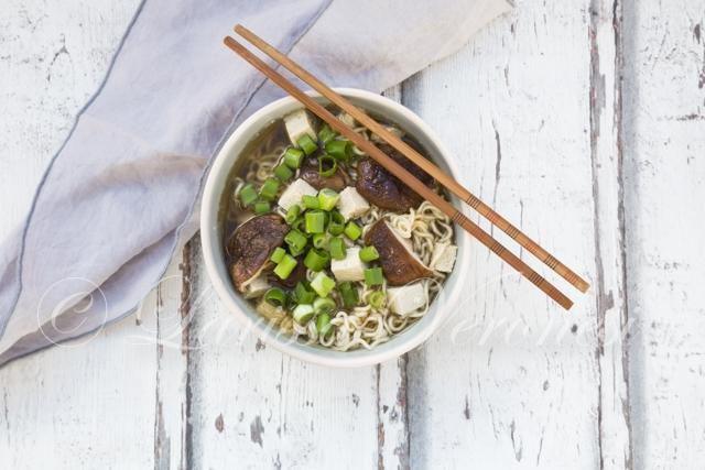 Miso-Ramen-Suppe mit Shiitake-Pilzen, Tofu und Frühlingszwiebeln