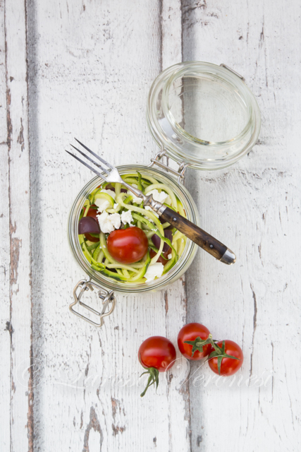Zoodels mit Schafskäse, Oliven und Tomaten im Glas