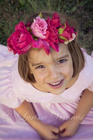 kleines Mädchen mit Blumenkranz