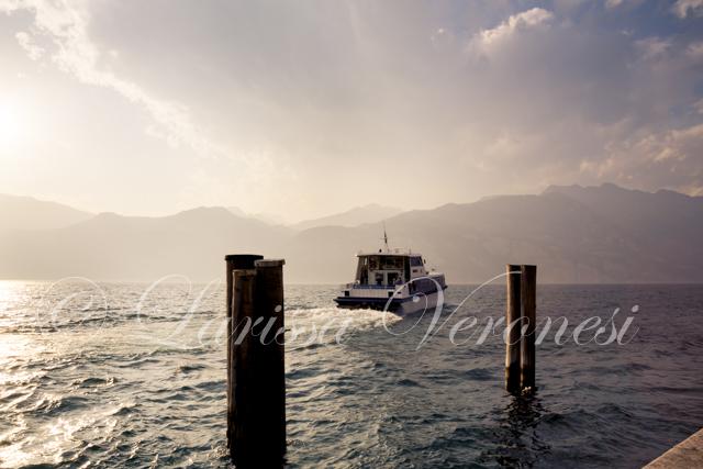 Gardasee-Fähre im Abendlicht