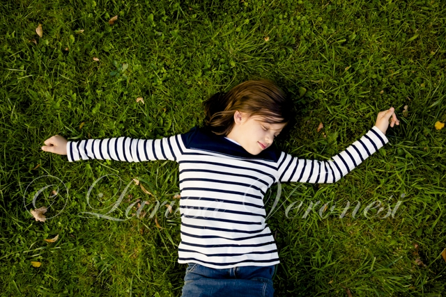 Mädchen liegt auf Wiese