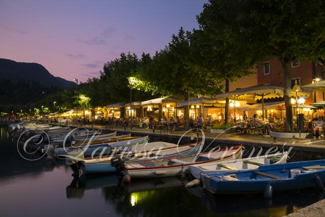 Ufer-Promenade mit Restaurants und Booten, Garda, Italien