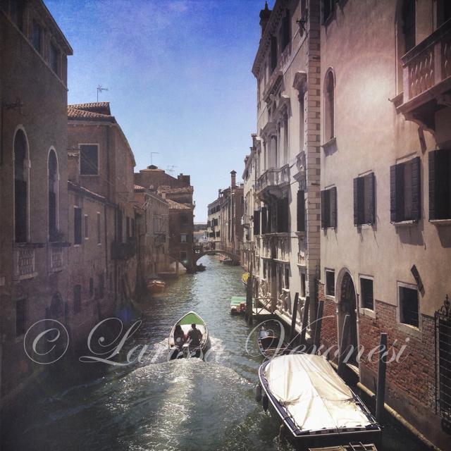 Italien, Veneto, Venedig, Boot auf einem Kanal