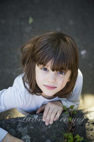 Porträt eines kleinen Mädchens von oben
