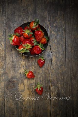 Erdbeeren auf dunklem Holz