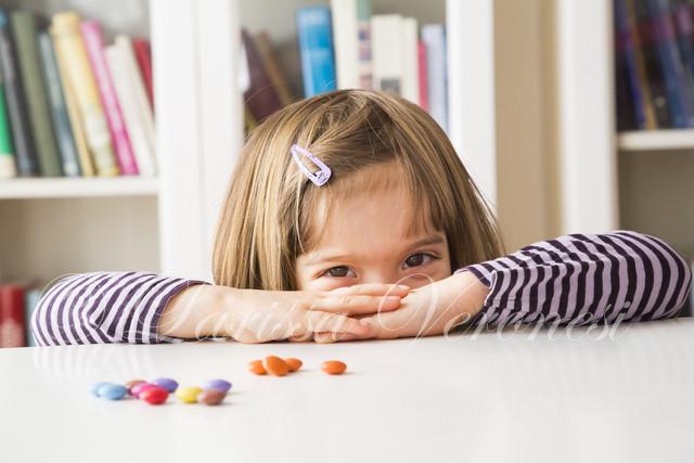kleines Mädchen mit Schokobonbons
