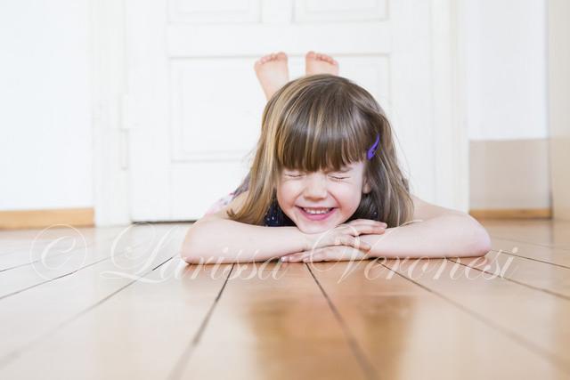 kleines Mädchen auf Holzboden