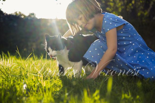 kleines Mädchen mit Katze