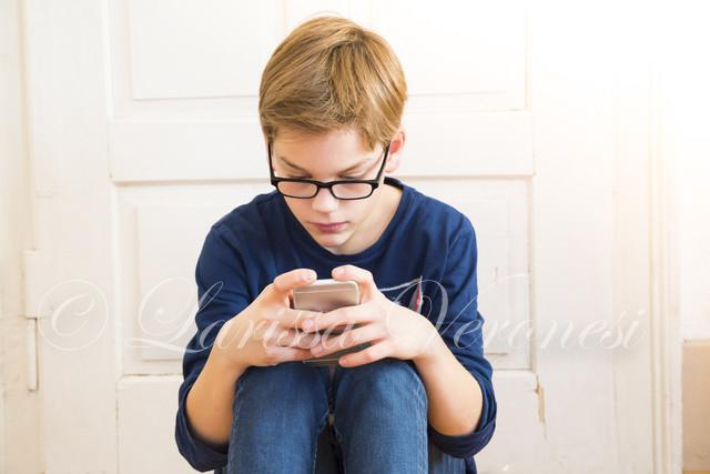 Junge mit Smartphone