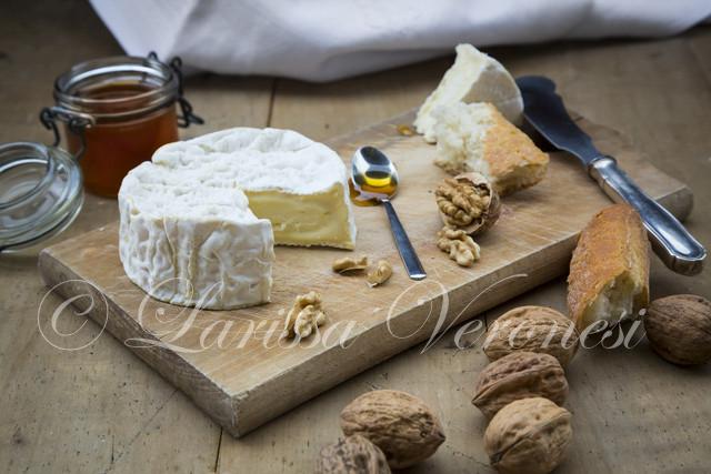 Camembert mit Wahlnüssen, Baguette und Honig
