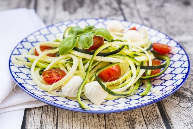 Zoodels mit Tomaten, Mozzarella und Basilikum