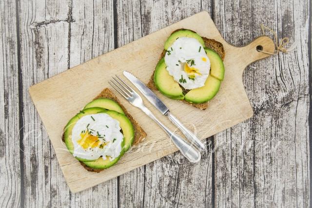 Vollkornbrot mit Avocado und pochierten Eiern