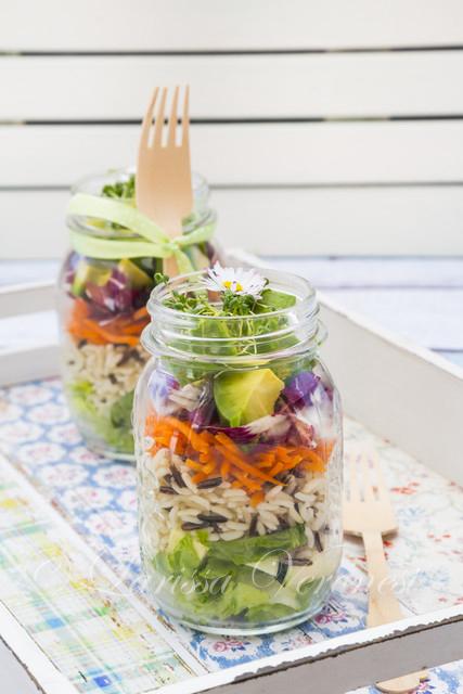 Reis-Salat im Glas mit Avocado, Kresse und Gänseblümchen