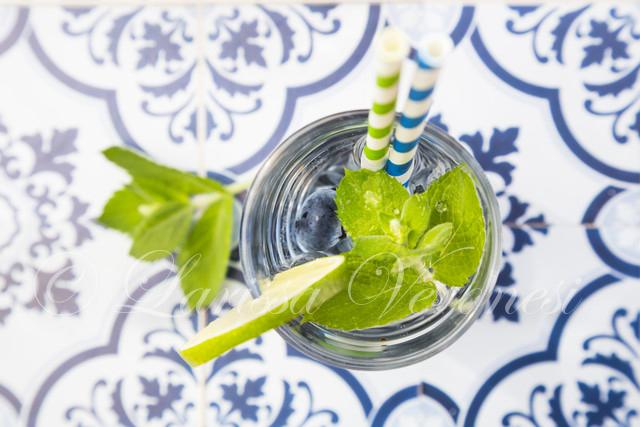 Vitaminwasser mit Heidelbeeren und Minze (infused water)