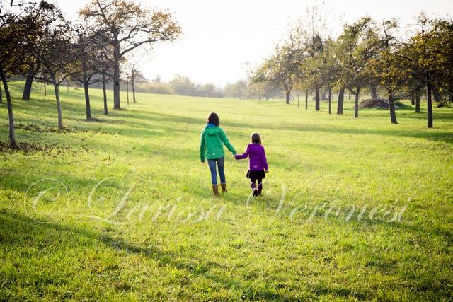 Zwei Mädchen im Herbst