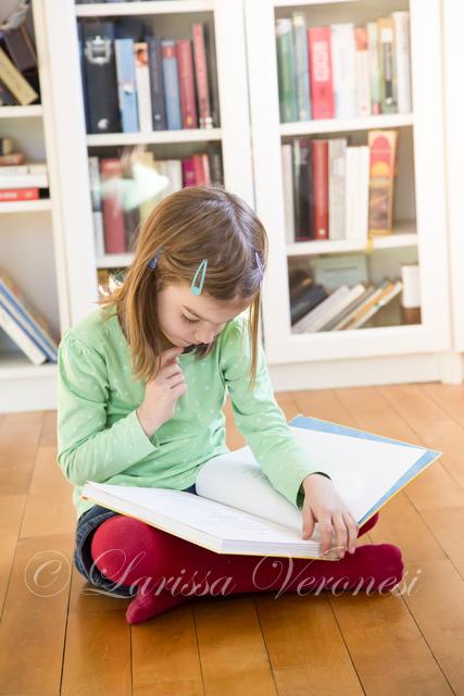 kleines Mädchen mit Buch