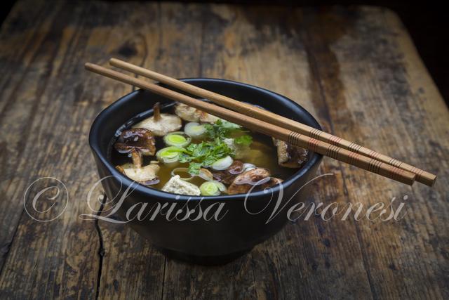 Miso-Suppe mit Shiitake-Pilzen, Lauch und Petersilie