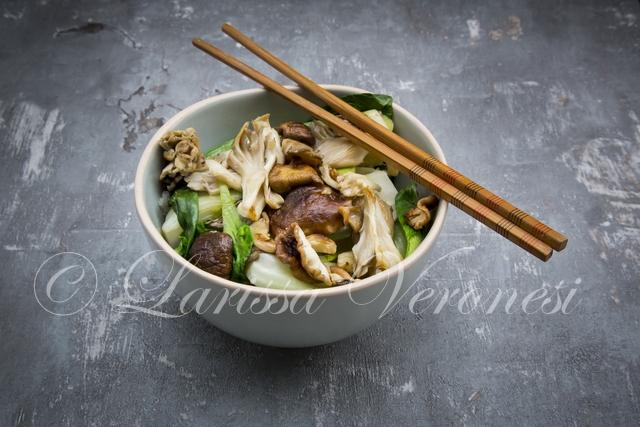 Stir-fry Pak-Choi mit Shitake-, Maitake- und Austernpilzen