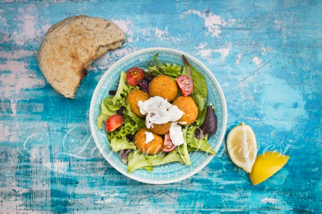 Salat mit Falaffel und Pida-Brot